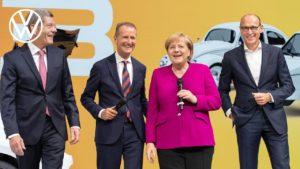 Merkel besucht Volkswagen bei der IAA in Frankfurt